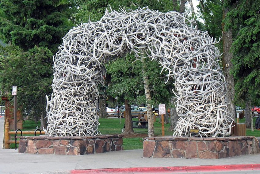 One of 4 iconic arches made from shedded elk antlers located on each corner of the Town Square | Credit: Monster 1000 CC BY-SA 3.0 Wikimedia | Jackson, Wyoming